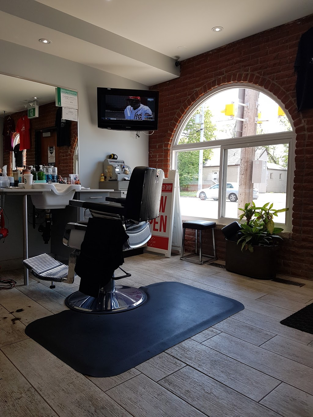 Mikes Campus Barber Shop | hair care | 1566 Main St W, Hamilton, ON L8S 1E2, Canada | 9055281953 OR +1 905-528-1953