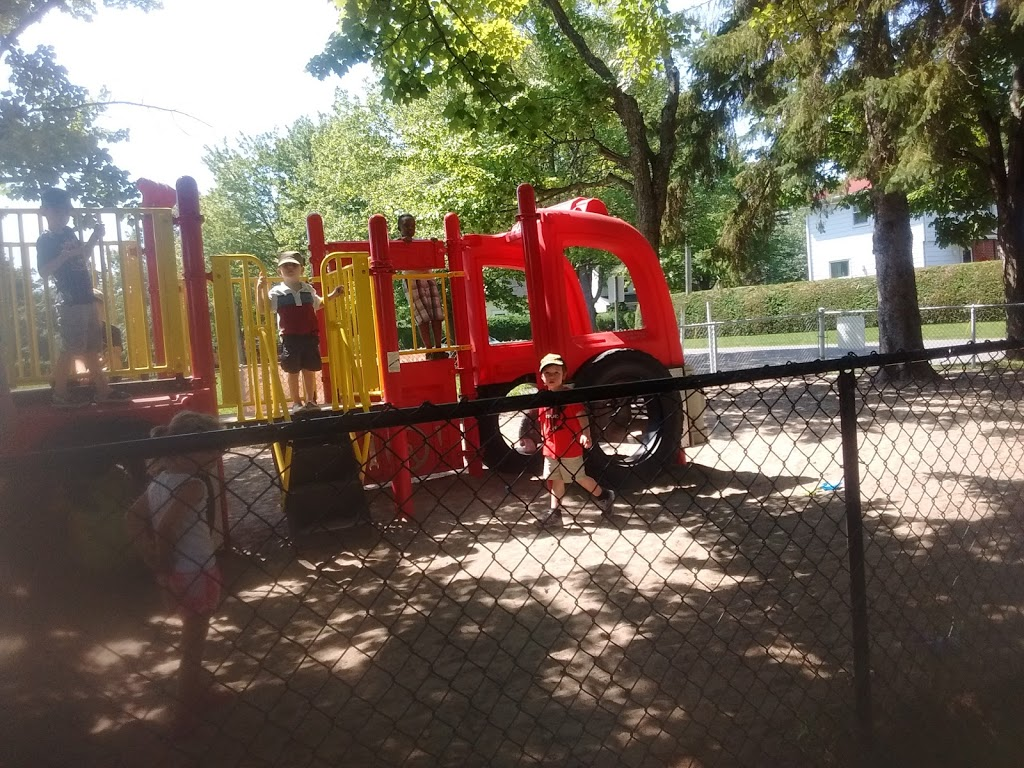 Manor Park | park | 100 Braemar St, Ottawa, ON K1K 3C9, Canada | 6137414776 OR +1 613-741-4776