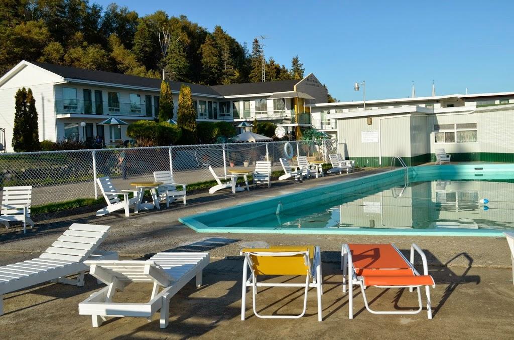 Hôtel Motel les Voitures dEau   lodging   1933 Chemin des Coudriers, LIsle-aux-Coudres, QC G0A 1X0, Canada   8004632118 OR +1 800-463-2118