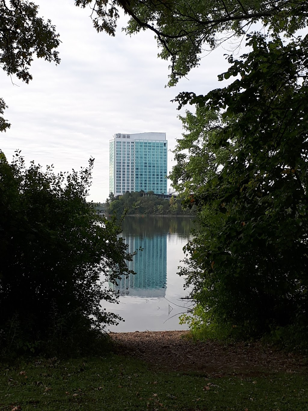 Lac Leamy - stationnement\parking | parking | Sentier du Lac-Leamy, Hull, QC J8Y, Canada