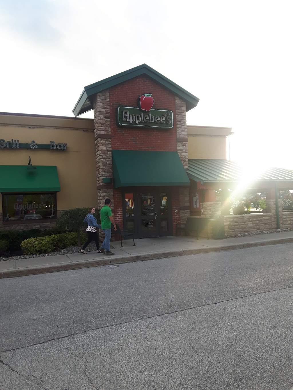 Applebees | restaurant | 326 Bayfield St, Barrie, ON L4M 3B9, Canada | 7057398597 OR +1 705-739-8597